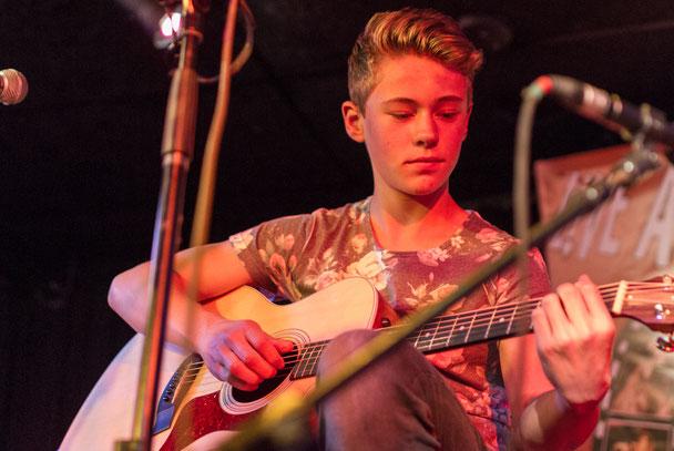 gitaarles, leerling met gitaar, gitaar.