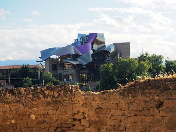 der berühmte Architekt Frank Gehry hat die bodega Marques de Riscal samt Hotel neu gestaltet - wie auch die Museen Guggenheim in Bilbao und Marta in Herford