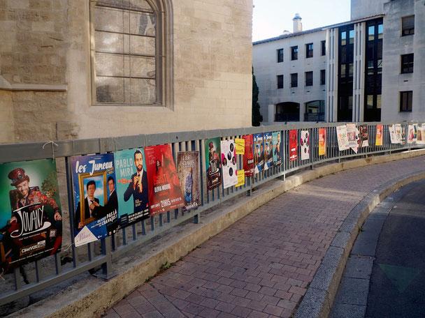 jeder Künstler wirbt mit einem Plakat für seinen Auftritt / seine Veranstaltung auf dem Festival
