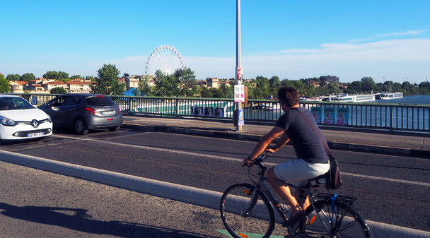 über die Brücke geht es in das Stadtzentrum ...
