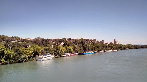 Hausboote am Flussufer gegenüber, wo wir im Schatten spazieren gehen konnten