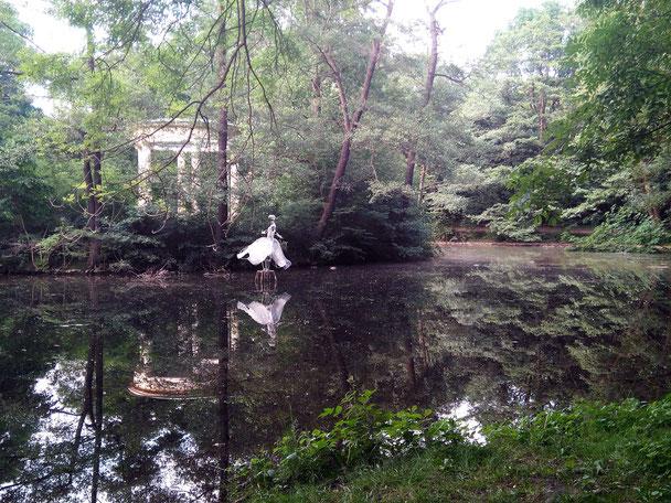 eine zauberhafte Skulptur auf dem verwunschenen Teich im Abtnaundorfer Park