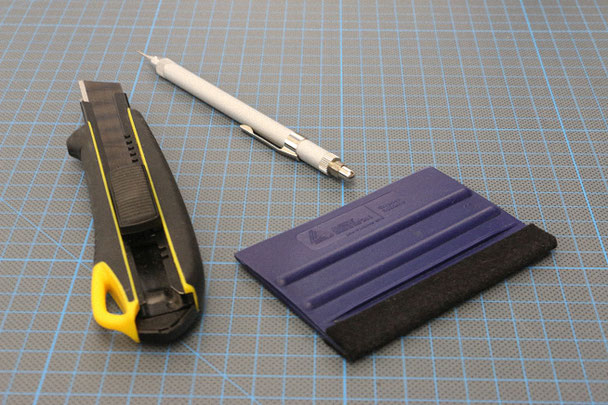 Collage aus den Basis-Werkzeugen für Signmaker. Cutter, Rakel und Nadel.