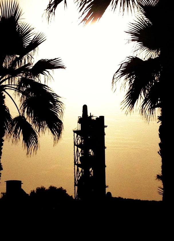 """Contraluz de la famosa fábrica de cemeentos de La Araña, popularmente conocida como """"la porla"""", por el tipo de cemento artificial """"portland"""" que comenzó a producir en 1915."""