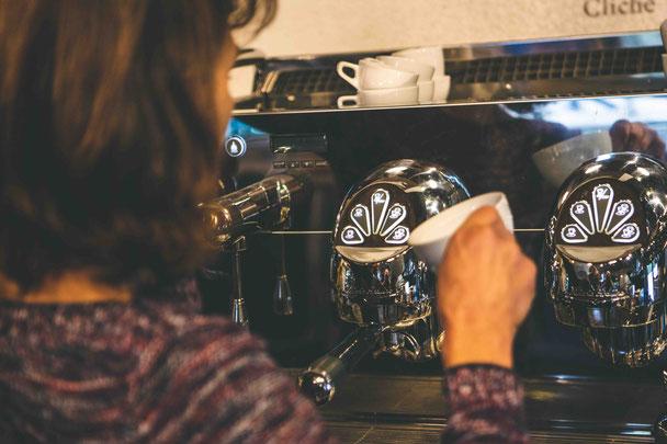 Barista bei der Zubereitung eines Espressos