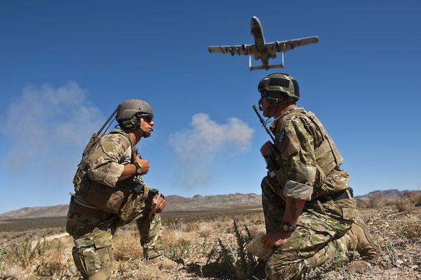 Tipica situazione operativa in totale sinergia tra i Foward Controller dell'Esercito e gli A-10 (Foto: US Army)