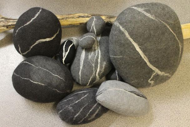 Steine gefilzt von Kursteilnehmern
