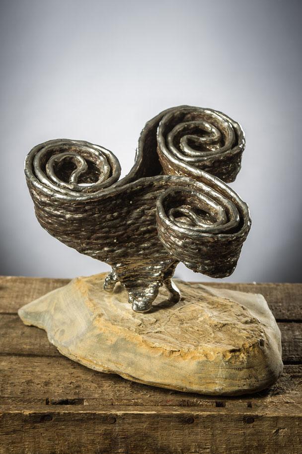 Naissance d'un symbole   Hauteur 20cm  Inox, pierre
