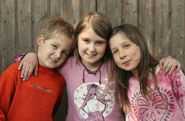 Ein Foto von drei besten jungen Freunden. Foto: Alexandra H./pixelio.de