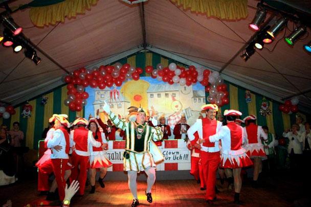 Auch ein Prinz kann tanzen..  Prinz Hans-Peter zusammen mit den Birgeler Bachstelzen.