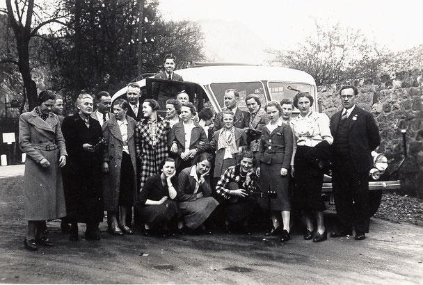Belegschaft der Firma Lenneberg vor einem Kleinbus im Jahr 1938