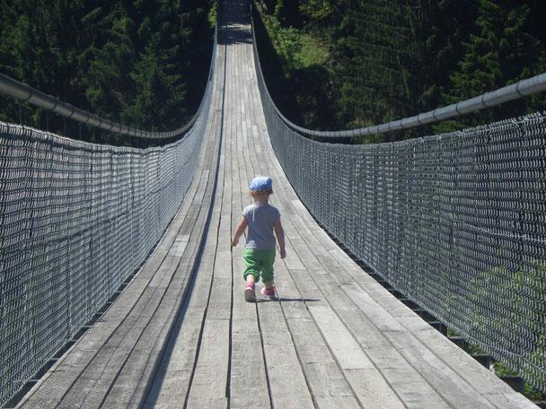 Imkernachwuchs geht über eine Hängebrücke