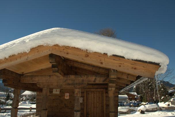 Bienenhaus mit Schnee