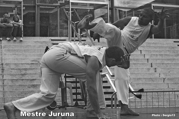 Mestre Juruna Jogando no Carnaval_CECA Marseille capoeira