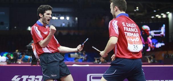 Joie d'Emmanuel Lebesson et de Simon Gauzy après l'exploit en 1/16 ème de finale face aux Champions du Monde en titre !