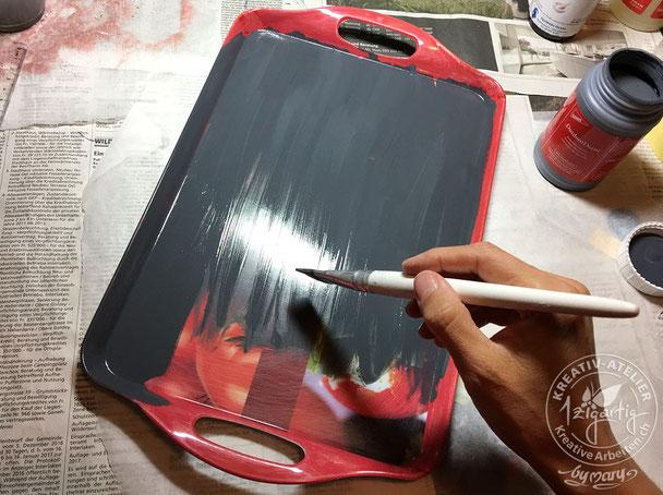 Mit deckender Malfarbe von Gonis streiche ich das Serviertablett mit einem breiten Pinsel