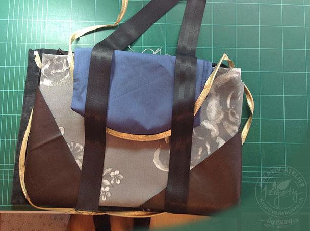 Vor dem nähen drapiere ich Stoffe, Kunstleder und Bänder um zu sehen, wie die Tasche wirkt