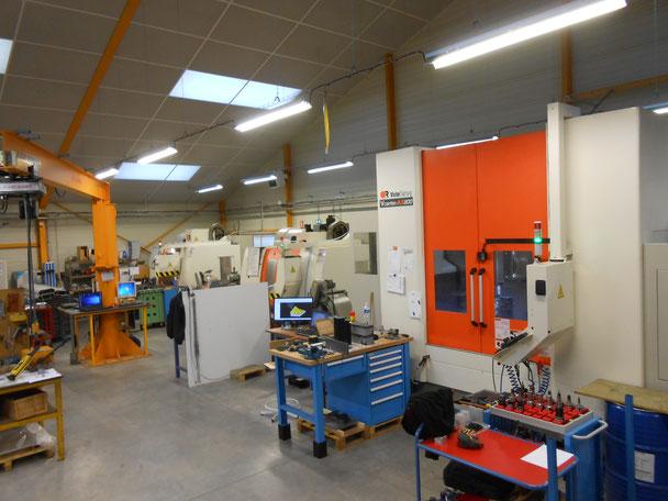 Notre atelier est doté de centres d'usinage 3 axes et 5 axes pour le fraisage et le tournage. Nous sommes équipés pour usiner toutes les matières : acier, aluminium, bronze, laiton, cuivre et non ferreux.