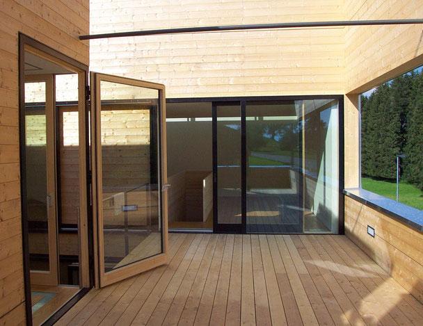 Wandvertäfelung aus Holz, ein Holzboden und eine Holztür gefertigt von der Schreinerei Fendt im Allgäu