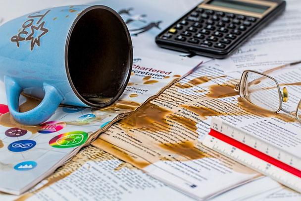 Wer arbeitet, macht Fehler, Kaffeefleck