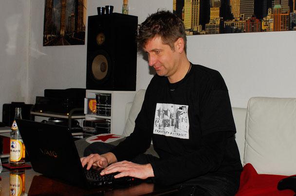 """Lars Gebhardt bei der Arbeit an seinem Roman """"Die Reise zur grünen Fee"""""""
