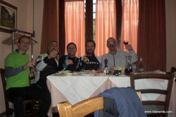 il profumo che proviene dal ristorante Freidour è irresistibile.....tanto per cambiare mettiamo i piedi sotto il tavolo