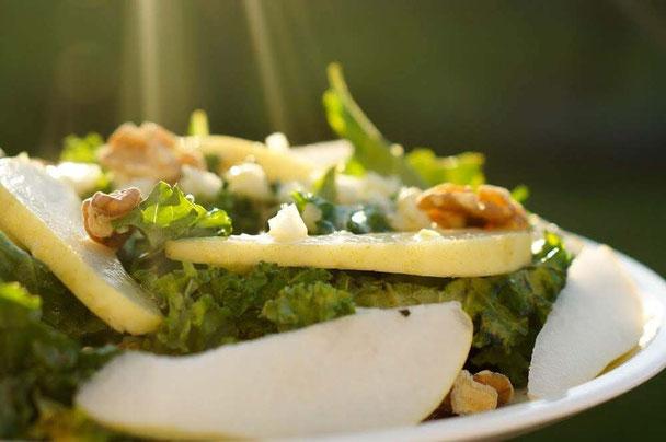 Grünkohlsalat mit Wallnüssen & Birne | vegan, lowcarb & clean