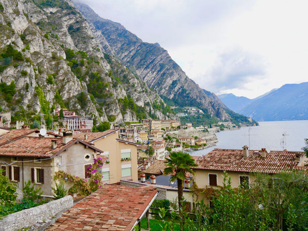 Italien Reise; Limone am Gardasee an der Gardesana Occidentale mit ihren 70 Tunnel Bauwerken.