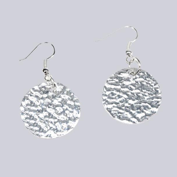 Wunderschöne, silberfarbene Ohrringe Clee Puenktchen. Wunderbar leicht und angenehm zu tragen. My-Levanjo Design.