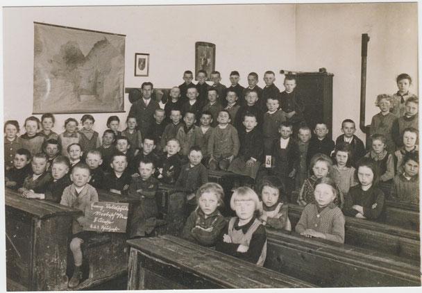 Klassenzimmer in der Evangelischen Schule mit Kindern der 2.und 3.Klasse - um 1930
