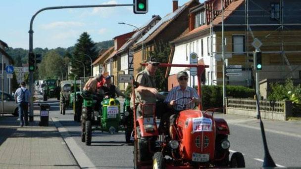Die Traktorkolonne der BI unterwegs.