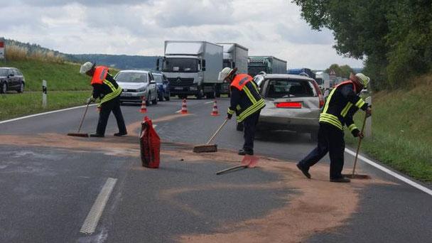 Es ist nicht viel passiert – aber wegen der Aufräumarbeiten war die Straße eine Stunde nicht passierbar.