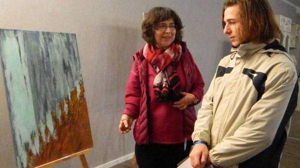 """""""Zwänge kann ich beim Malen nicht gebrauchen"""", meint Christel Steinert, hier im Gespräch mit einem Besucher."""