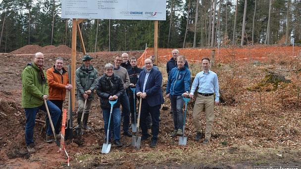 Den symbolischen ersten Spatenstich nahmen nahezu alle Beteilig-ten des Projekts vor - nahe dem zukünftigen Windpark, der bis Sommer 2017 ans Netz gehen soll.