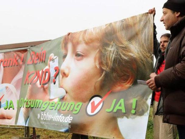 """Die neuen Plakate der Bürgerinitiative """"Bürger Bündnis lebenswertes Wartenberg"""" an der Bundesstraße 254, rechts vorn BI-Sprecher Matthias Keller"""