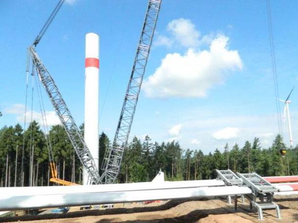 Das erste Windrad stand bereits. Inzwischen steht in Wartenberg auch schon die zweite Anlage. Vorne im Bild liegen noch die 53 Meter langen Flügel.