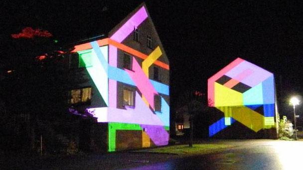 Licht inspiriert so Pascal Kulcsar, kann aber auch selbst zur Kunst werden: Samstagabend wurden zwei Häuser in der Nähe des Dorfbräuhauses spektakulär illuminiert.