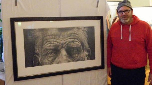 An Jan Schäfers Bildern drückten sich die Besucher fast die Nase platt - um die Bleistiftstriche zu erkennen, denn der Gießener malt so, dass es viele gar nicht glauben konnten, dass seine Werke keine Fotografien, sondern Zeichnungen sind.