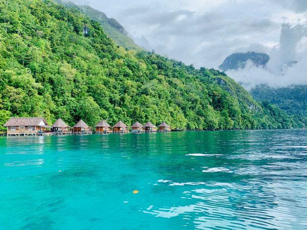 Waterbungalows bij Sawai op de Molukken