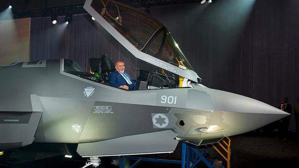 Il ministro della Difesa Avigdor Liberman seduto sul cockpit dell'Adir. (Foto: Lockheed Martin)