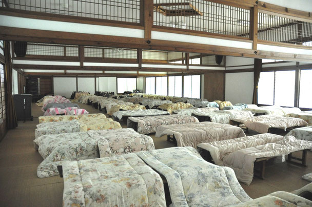 取材当日はボランティアの教員により30組の布団が公堂に干されていました