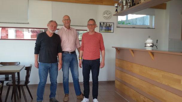 Reinhold Kniel (li) und Roland Brem (M) mit Vorstand J. Nagel
