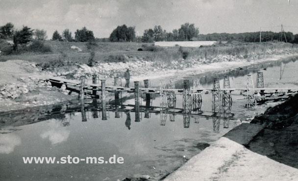 Das Wasser des Kanals wurde im Sommer 1945 für Reparaturarbeiten abgelassen. Behelfsbrücke nache der Warendorfer Straße