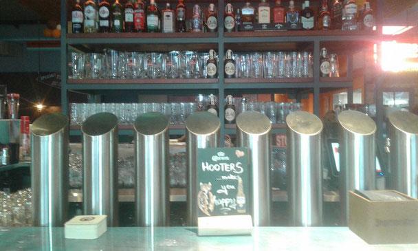 Blick auf den gut sortierten Barbereich des Hooters in Hamburg St. Pauli