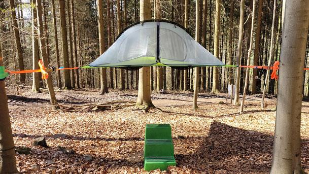 Baumzelt zwischen Bäumen, Bild: Baumhaushotel Solling
