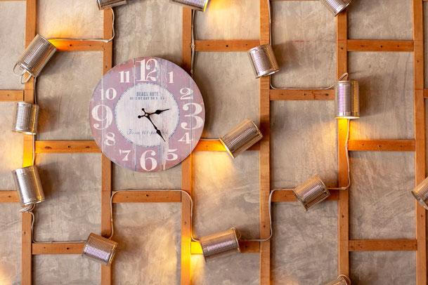 Wandgestaltung mit verschiedenen Lichtquellen - Beleuchtungskonzept der Schreinerei Michels