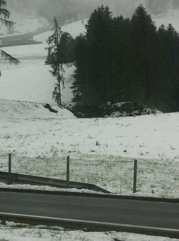 Start in die PFINGSTFERIEN. Schnee neben der Brennerautobahn