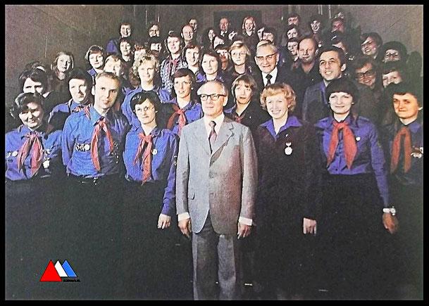 Erich Honecker, prominenten und sein Freundschaft Pionierleitern in Berlijn (1978) Zentralrat FDJ  prospekt collectie auteur.