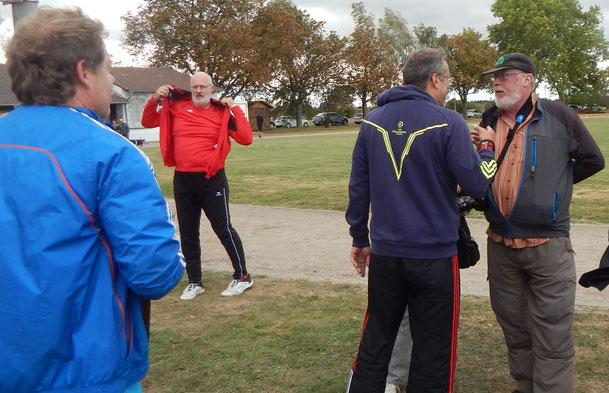 Dr. Klaus Lutter diskutiert mit dem Phoenix-Hoffotografen Hans-Günther Gref die besten Einsatzmethoden, während im Hintergrund Kay Hemberger  Vorbereitungen zum Abflug einleitet und im Vordergrund Dr. Ulrich Löcher inschon mal die Windjacke angezogen hat.