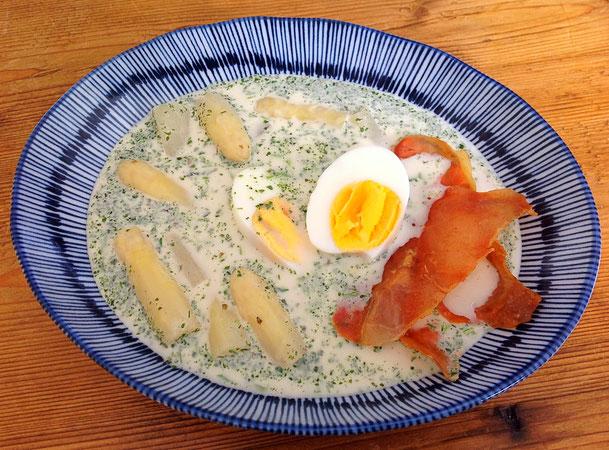 Aspergesoep met ei en krokante ham.